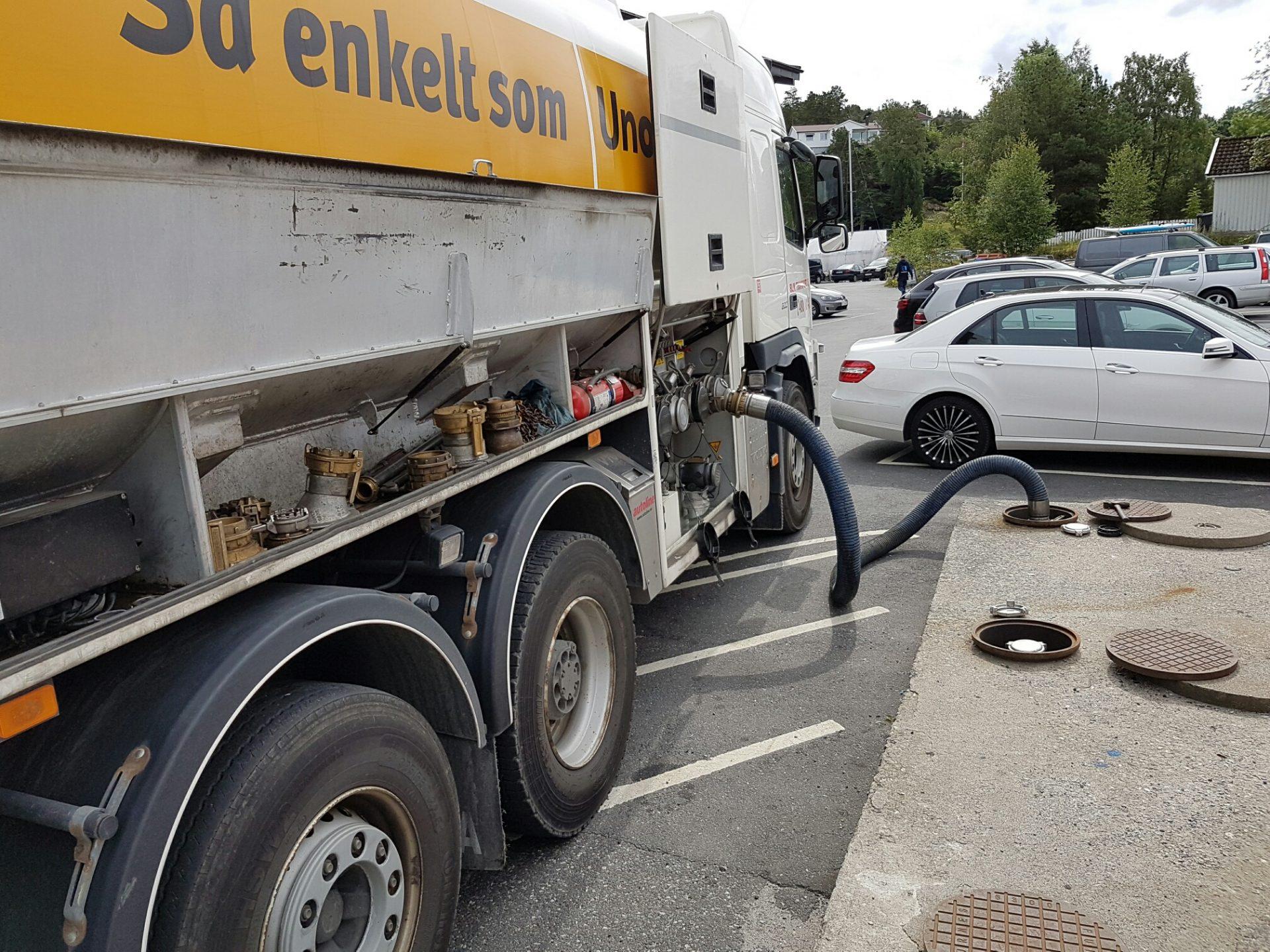 BLM fyller drivstoff med tankbil