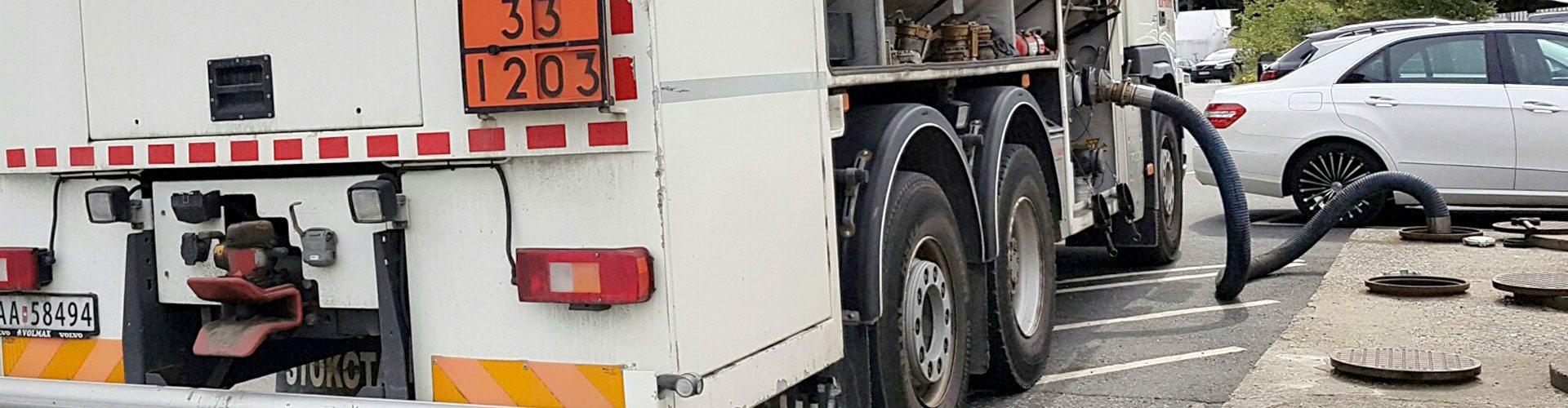 tankbil fyller på diesel